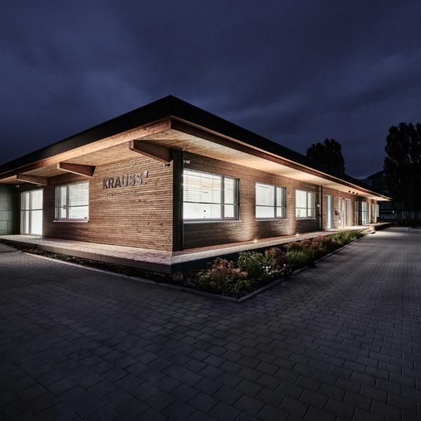 Gebäudeansicht bei Nacht