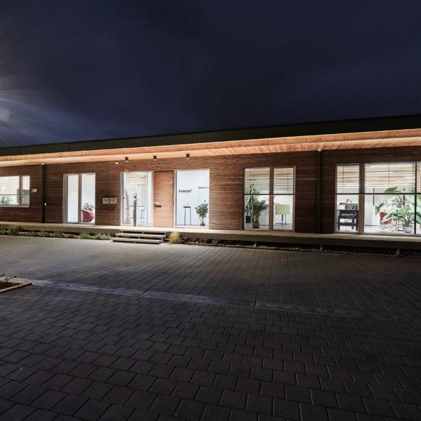 Gebäudeansicht frontal bei Nacht