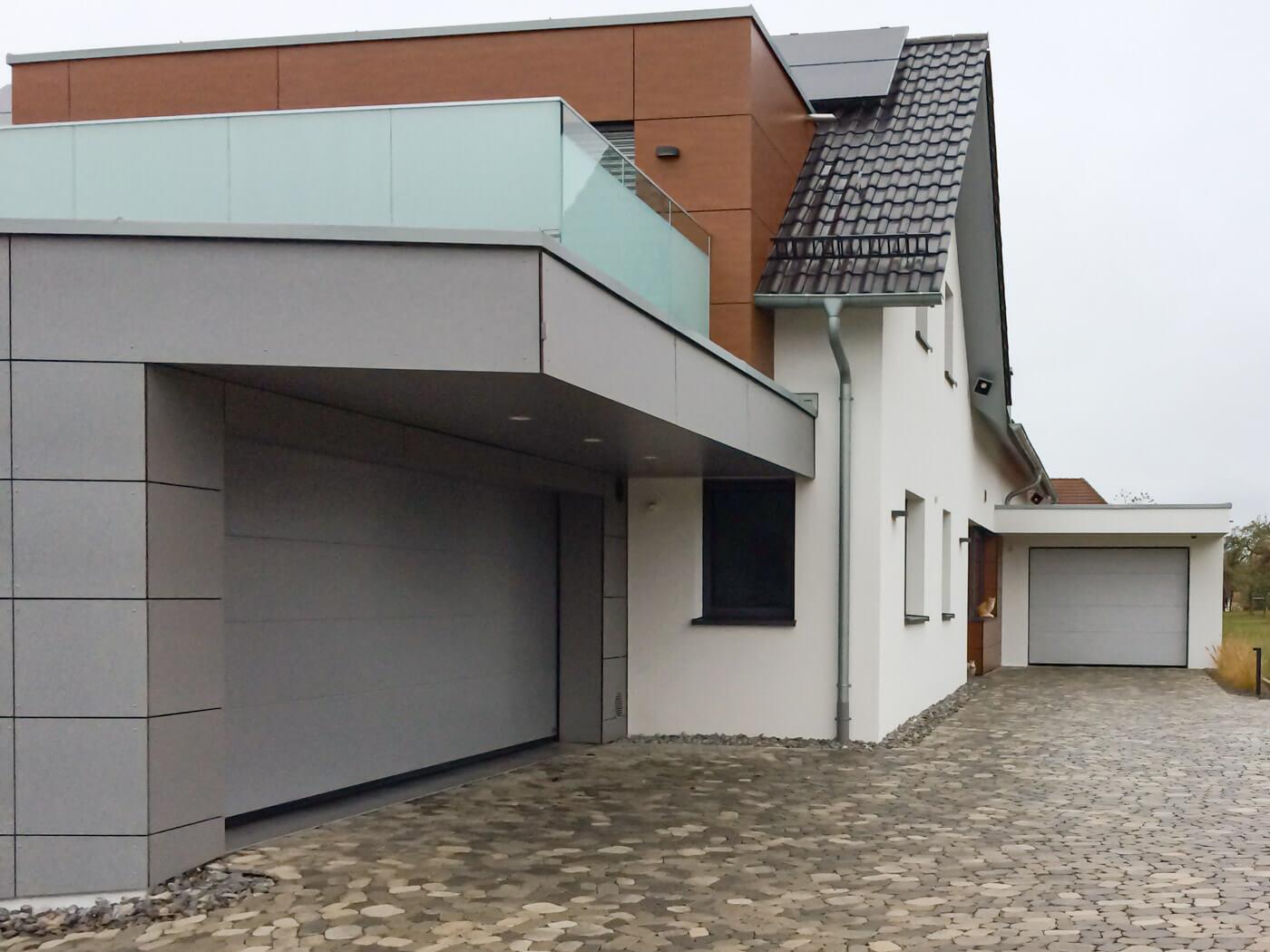 Einfahrt und Garagen