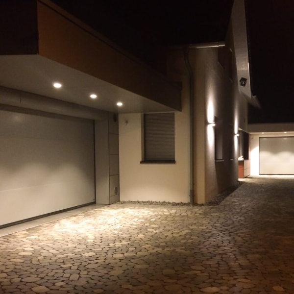 Garagenzufahrt bei Nacht