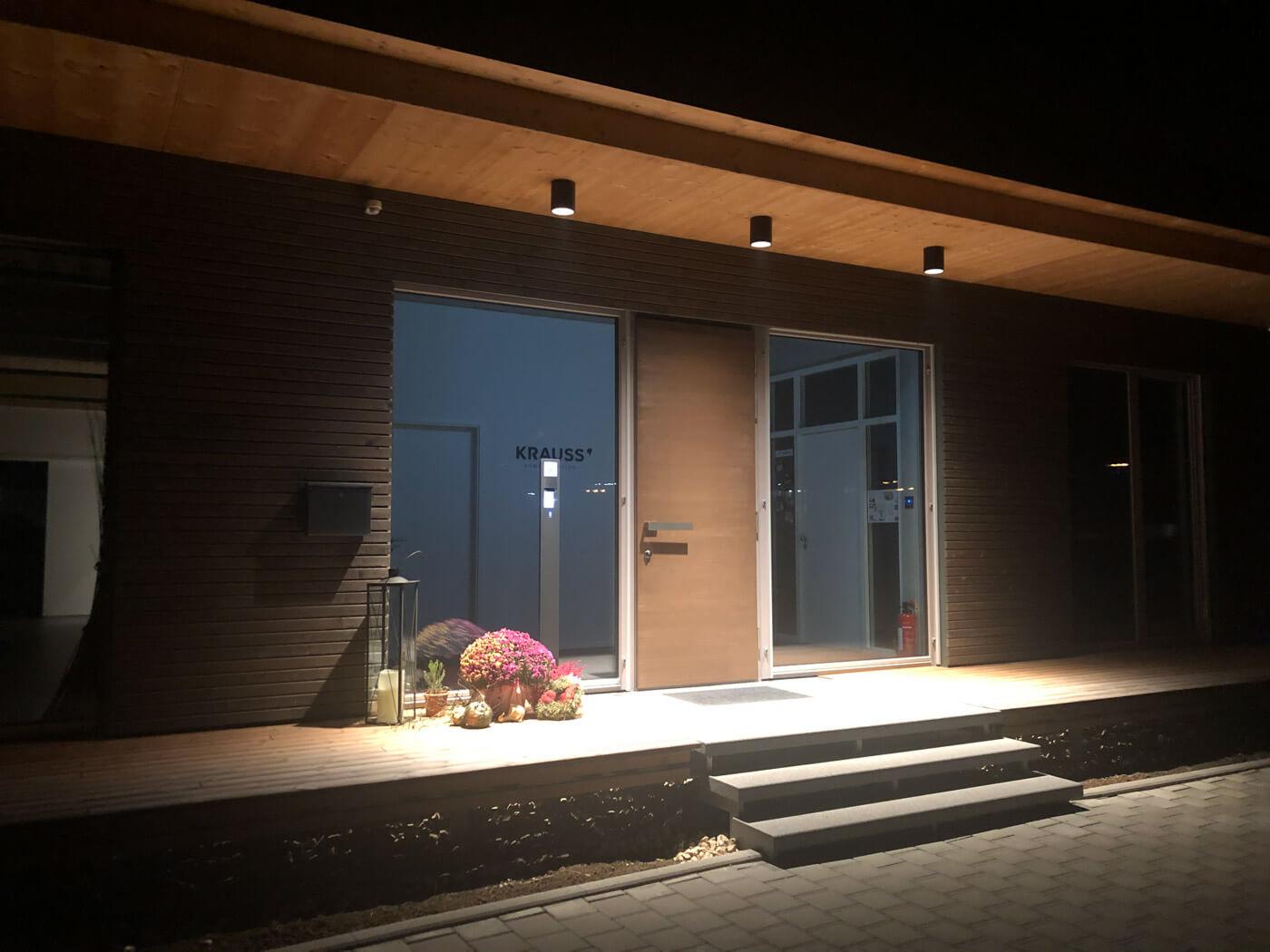 Eingangsbereich beleuchtet
