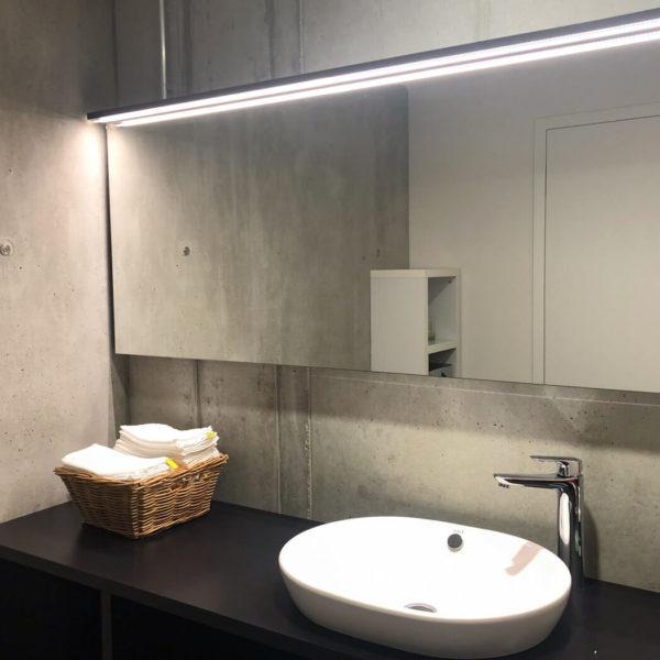 WC mit Waschbecken und Spiegel